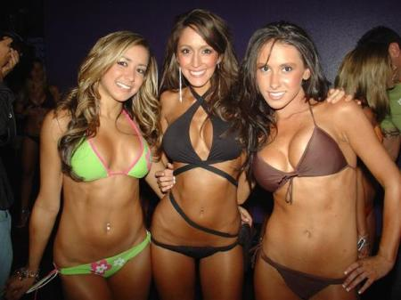 3 hot babes in bikinis